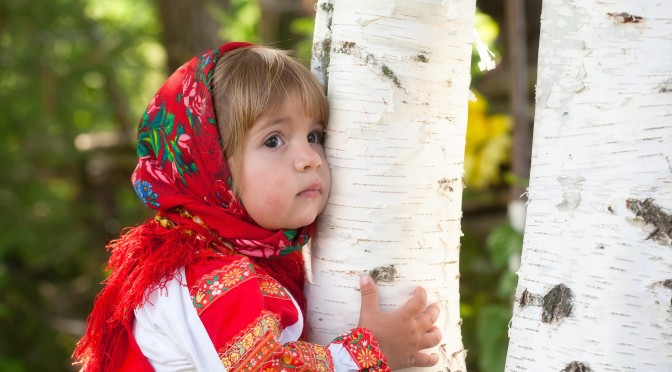 Cute-little-girl-hug-a-tree_2560x1600